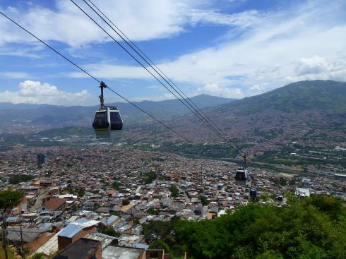 The approach over Santo Domingo by cable car