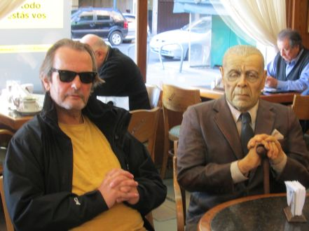 Blanco working undercover as a wax model, with a simulacrum of Famous Argentine author in La Biela café, Buenos Aires.