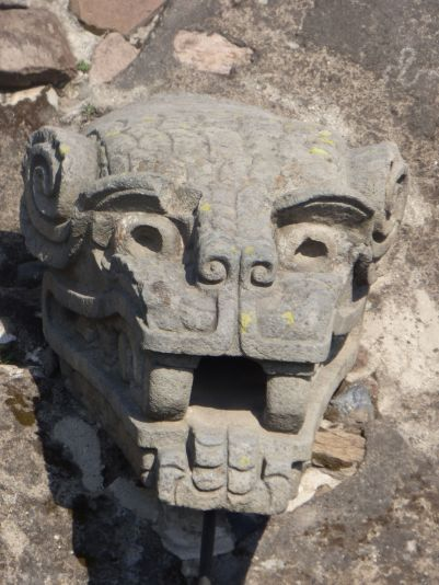 Stone jaguar on wall of Temple of Quetzalcóatl